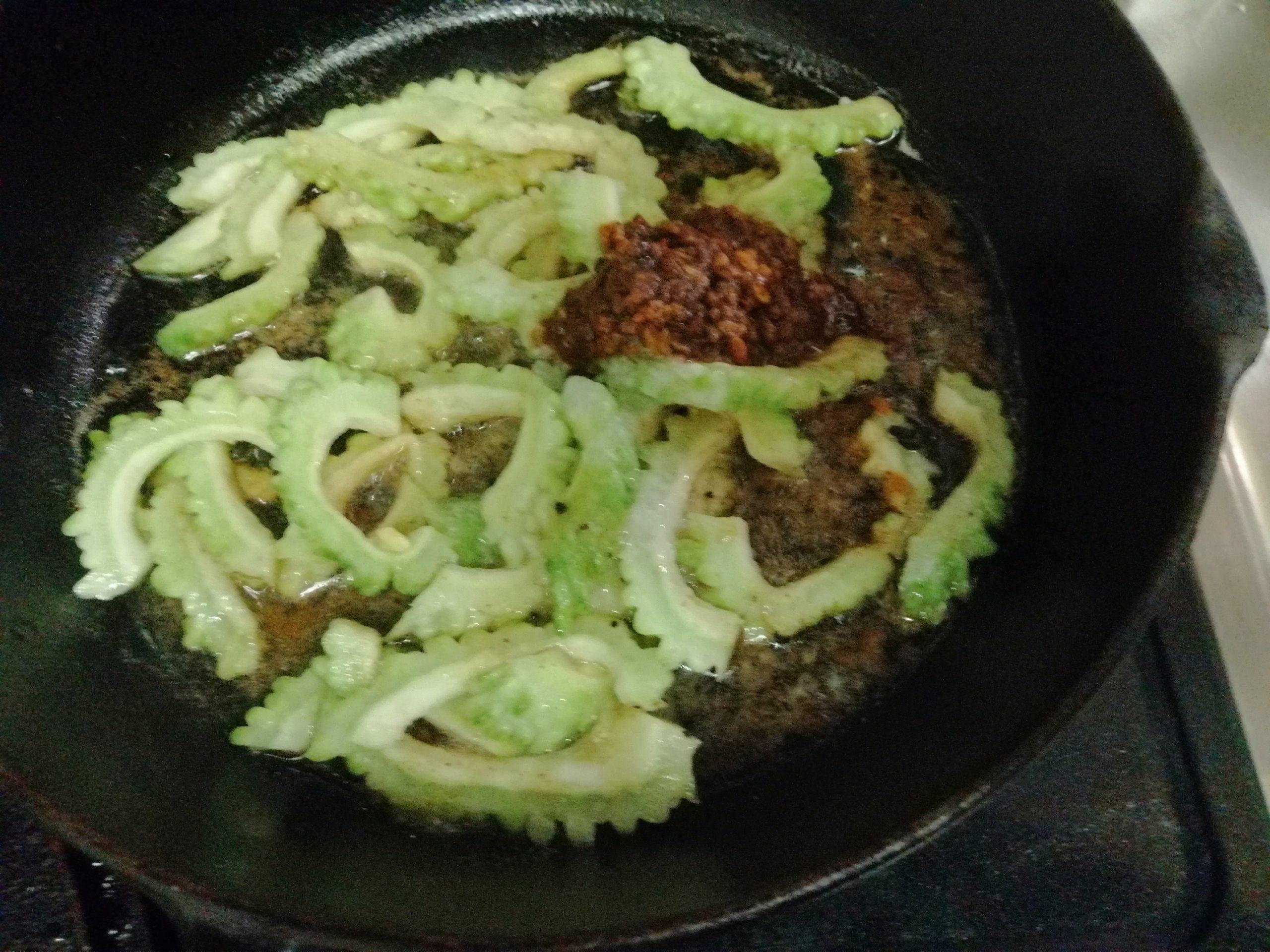 鹿児島県の郷土料理「にがごい(ゴーヤ)の油炒め」7