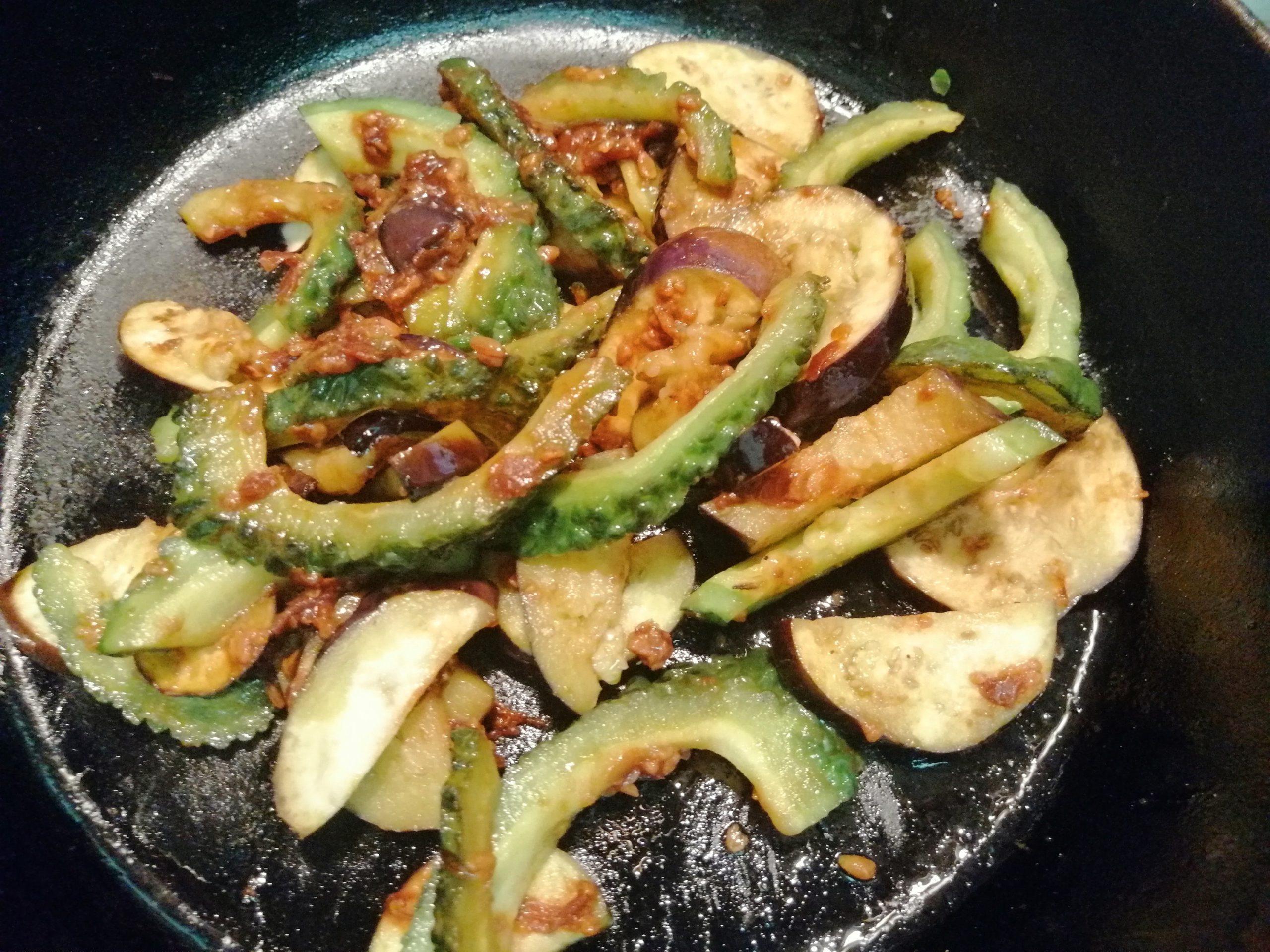 「なすびとにがごり(ゴーヤ)の油炒め」のレシピ13